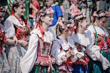 ポーランドの民族衣装をまとう少女たち